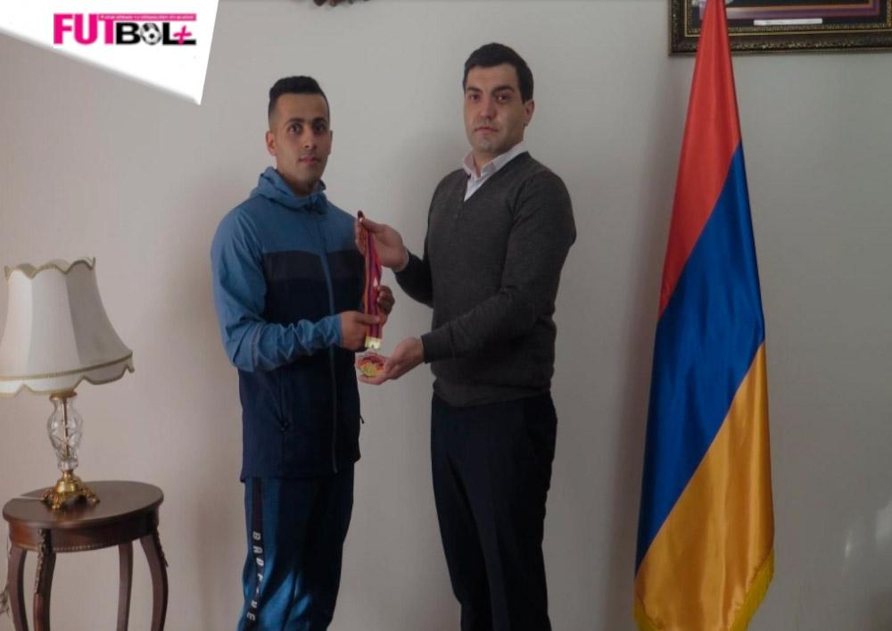 İranlı idmançı medalını əsgərlərimizin gəbərtdiyi erməninin ailəsinə göndərdi
